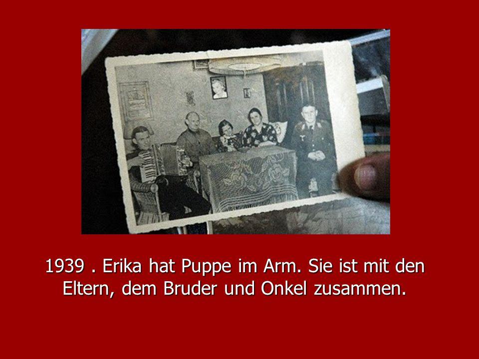 1939 . Erika hat Puppe im Arm. Sie ist mit den Eltern, dem Bruder und Onkel zusammen.