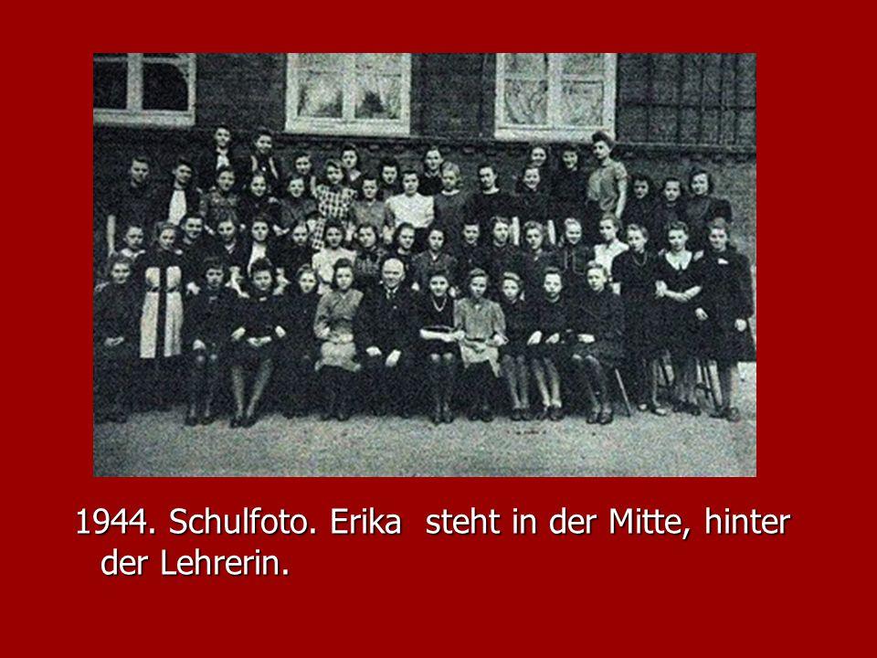 1944. Schulfoto. Erika steht in der Mitte, hinter der Lehrerin.
