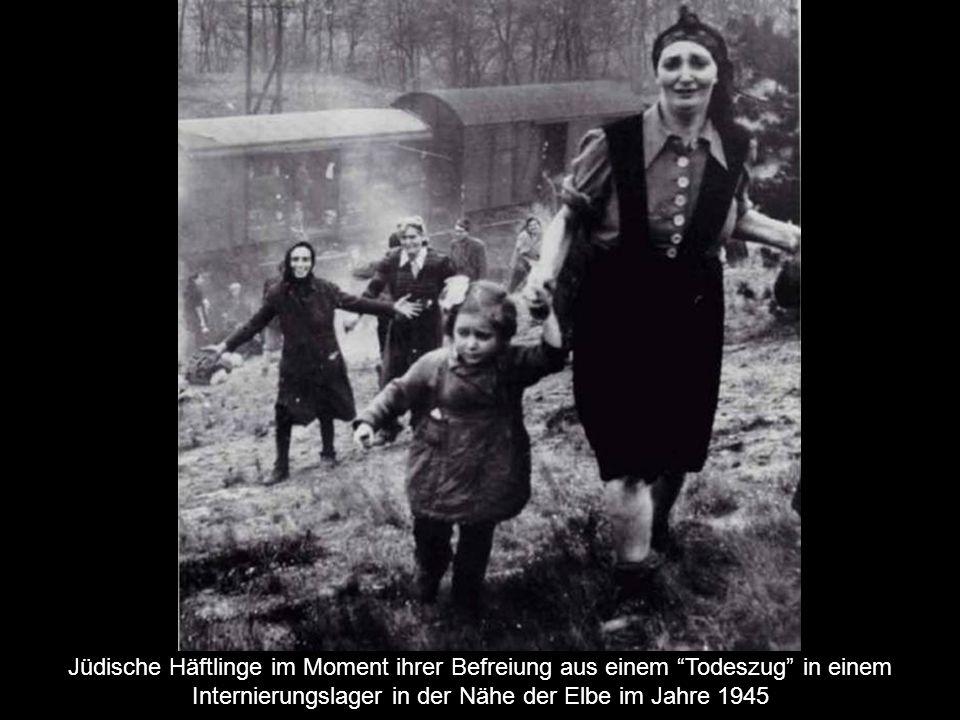 Jüdische Häftlinge im Moment ihrer Befreiung aus einem Todeszug in einem Internierungslager in der Nähe der Elbe im Jahre 1945