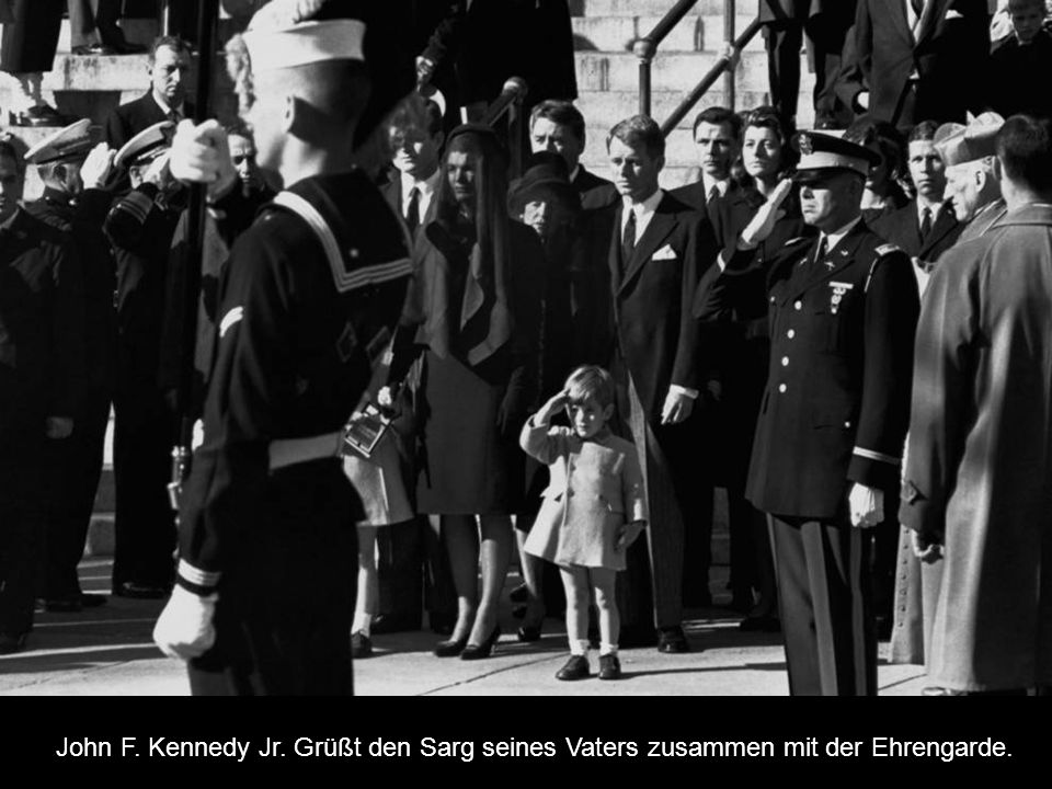 John F. Kennedy Jr. Grüßt den Sarg seines Vaters zusammen mit der Ehrengarde.