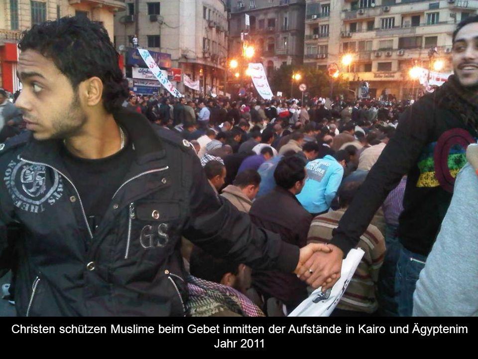 Christen schützen Muslime beim Gebet inmitten der Aufstände in Kairo und Ägyptenim Jahr 2011