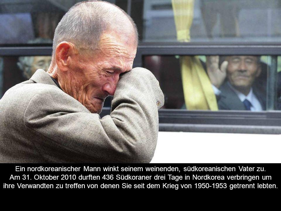 Ein nordkoreanischer Mann winkt seinem weinenden, südkoreanischen Vater zu.