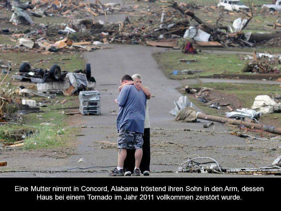 Eine Mutter nimmt in Concord, Alabama tröstend ihren Sohn in den Arm, dessen Haus bei einem Tornado im Jahr 2011 vollkommen zerstört wurde.