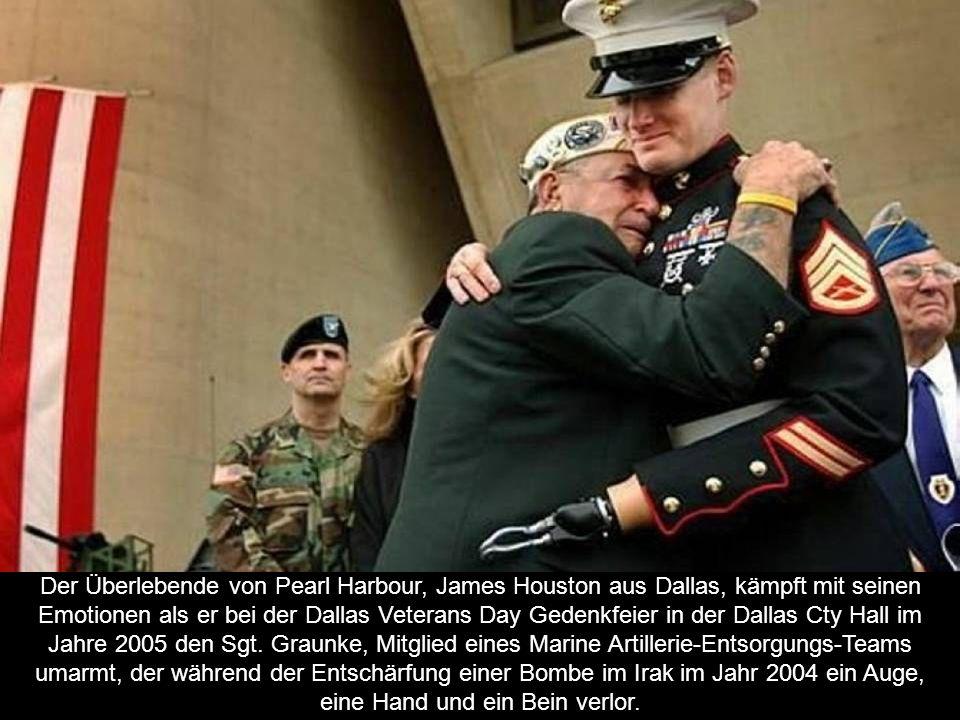 Der Überlebende von Pearl Harbour, James Houston aus Dallas, kämpft mit seinen Emotionen als er bei der Dallas Veterans Day Gedenkfeier in der Dallas Cty Hall im Jahre 2005 den Sgt.
