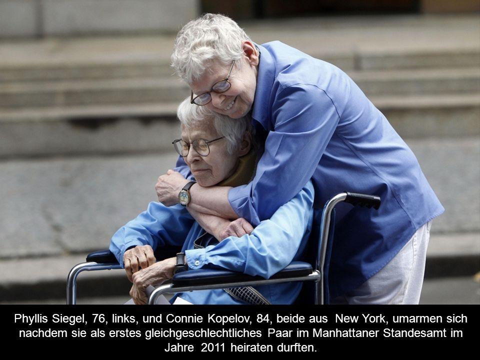 Phyllis Siegel, 76, links, und Connie Kopelov, 84, beide aus New York, umarmen sich nachdem sie als erstes gleichgeschlechtliches Paar im Manhattaner Standesamt im Jahre 2011 heiraten durften.