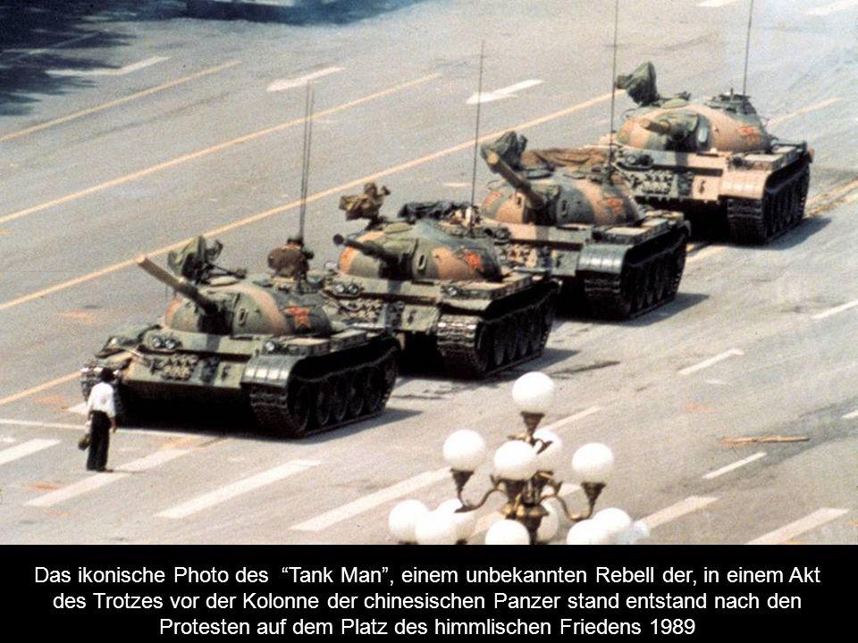 Das ikonische Photo des Tank Man , einem unbekannten Rebell der, in einem Akt des Trotzes vor der Kolonne der chinesischen Panzer stand entstand nach den Protesten auf dem Platz des himmlischen Friedens 1989