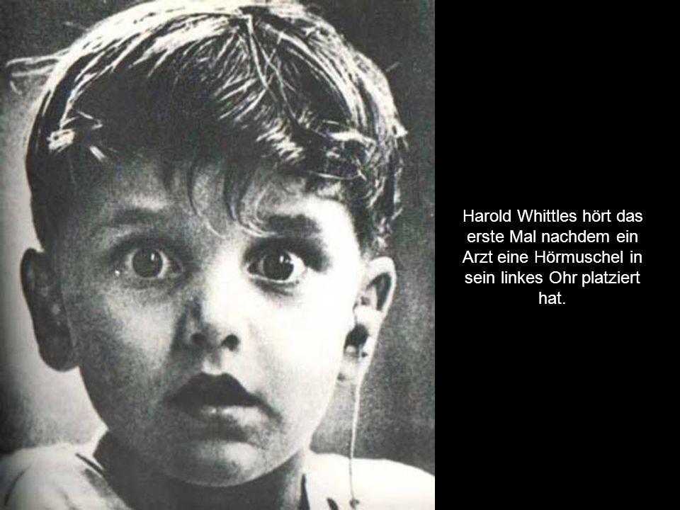 Harold Whittles hört das erste Mal nachdem ein Arzt eine Hörmuschel in sein linkes Ohr platziert hat.