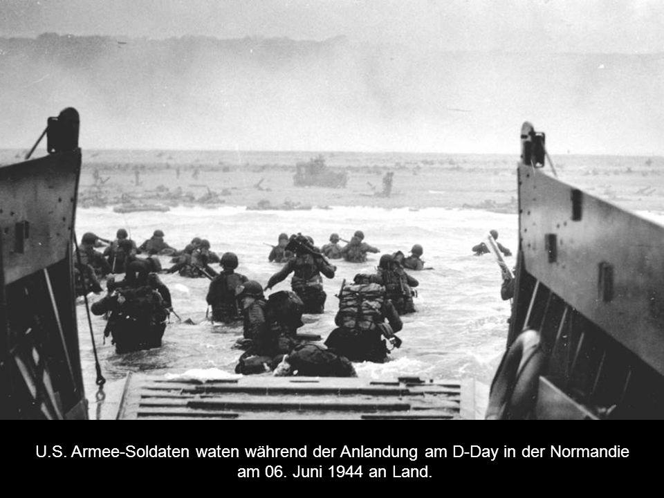 U.S. Armee-Soldaten waten während der Anlandung am D-Day in der Normandie