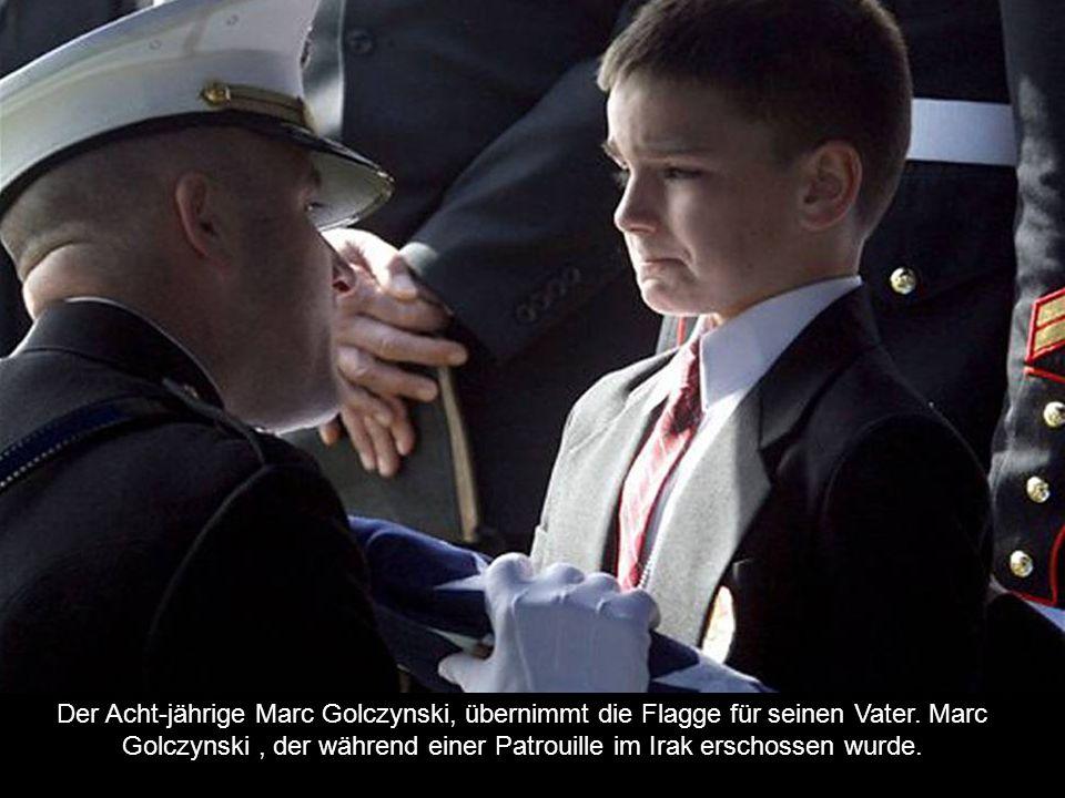 Der Acht-jährige Marc Golczynski, übernimmt die Flagge für seinen Vater.