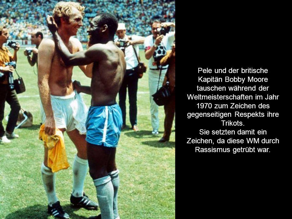 Pele und der britische Kapitän Bobby Moore tauschen während der Weltmeisterschaften im Jahr 1970 zum Zeichen des gegenseitigen Respekts ihre Trikots.