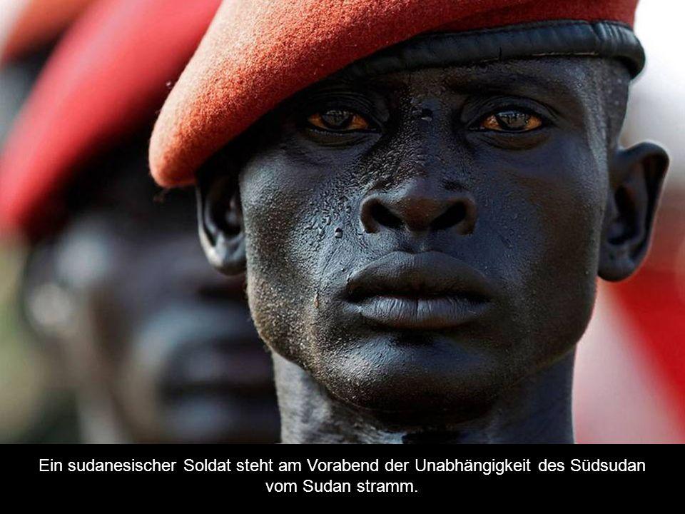 Ein sudanesischer Soldat steht am Vorabend der Unabhängigkeit des Südsudan vom Sudan stramm.