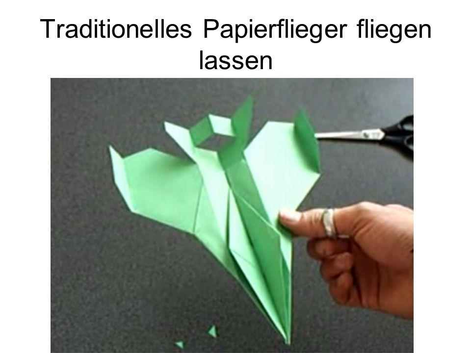 Traditionelles Papierflieger fliegen lassen