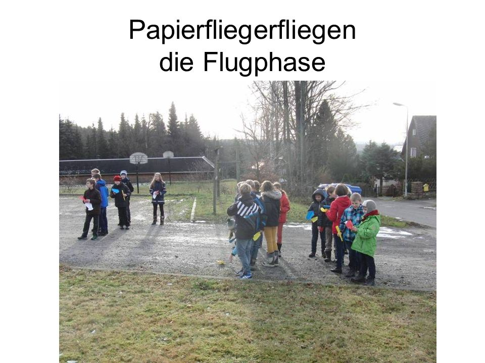 Papierfliegerfliegen die Flugphase