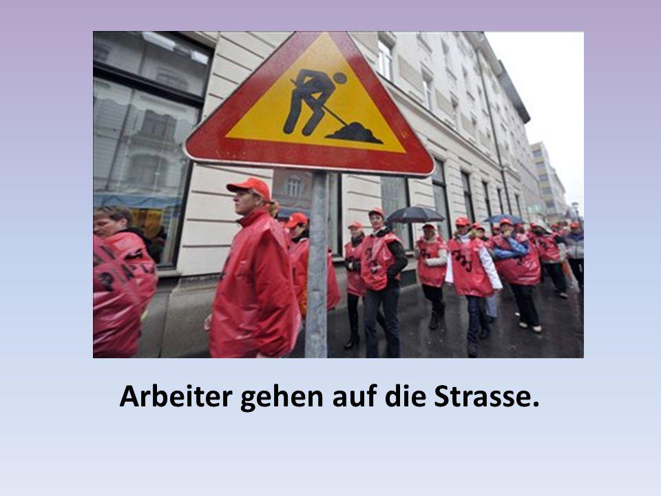 Arbeiter gehen auf die Strasse.
