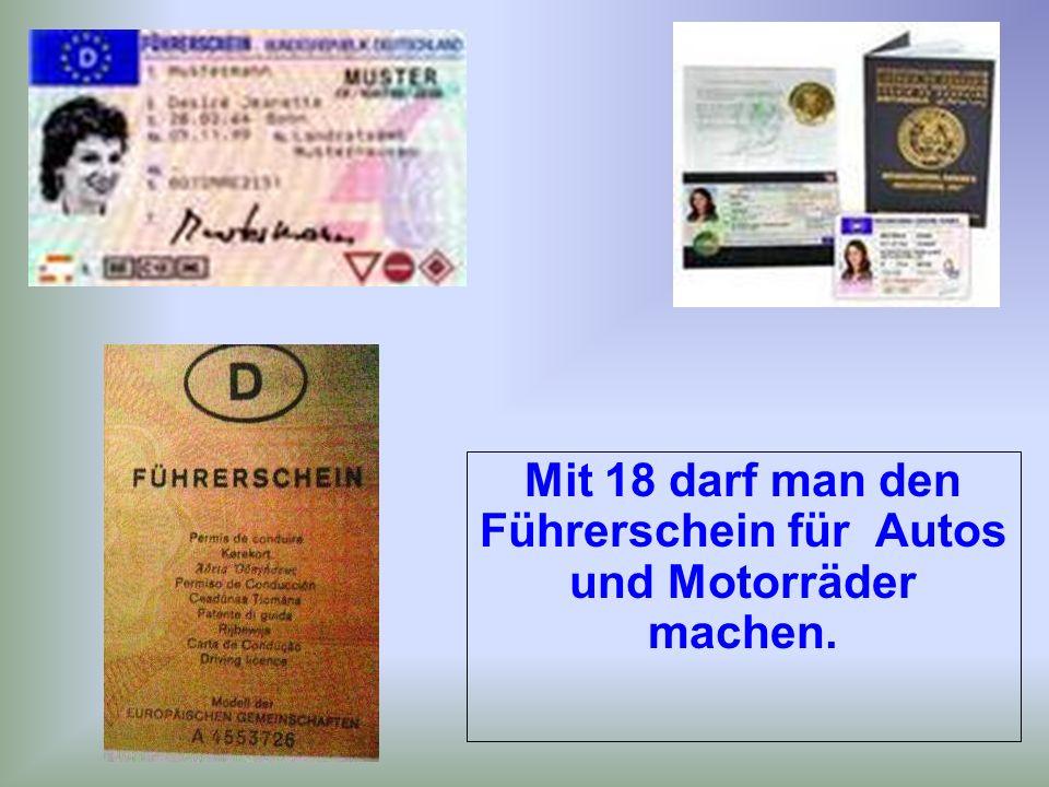 Mit 18 darf man den Führerschein für Autos und Motorräder machen.