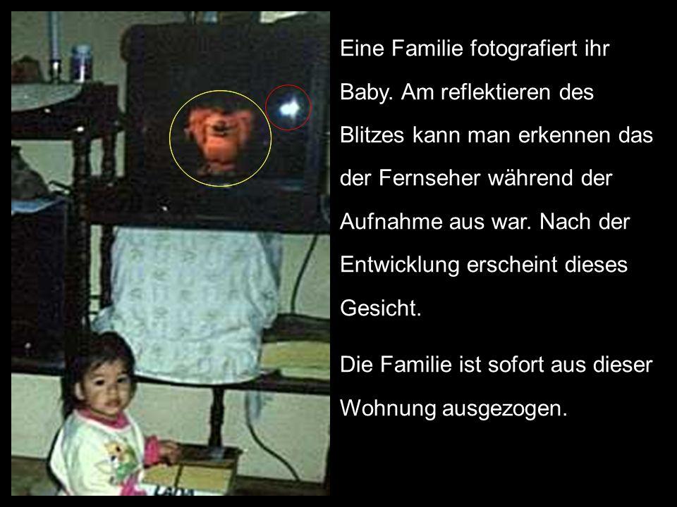Eine Familie fotografiert ihr Baby