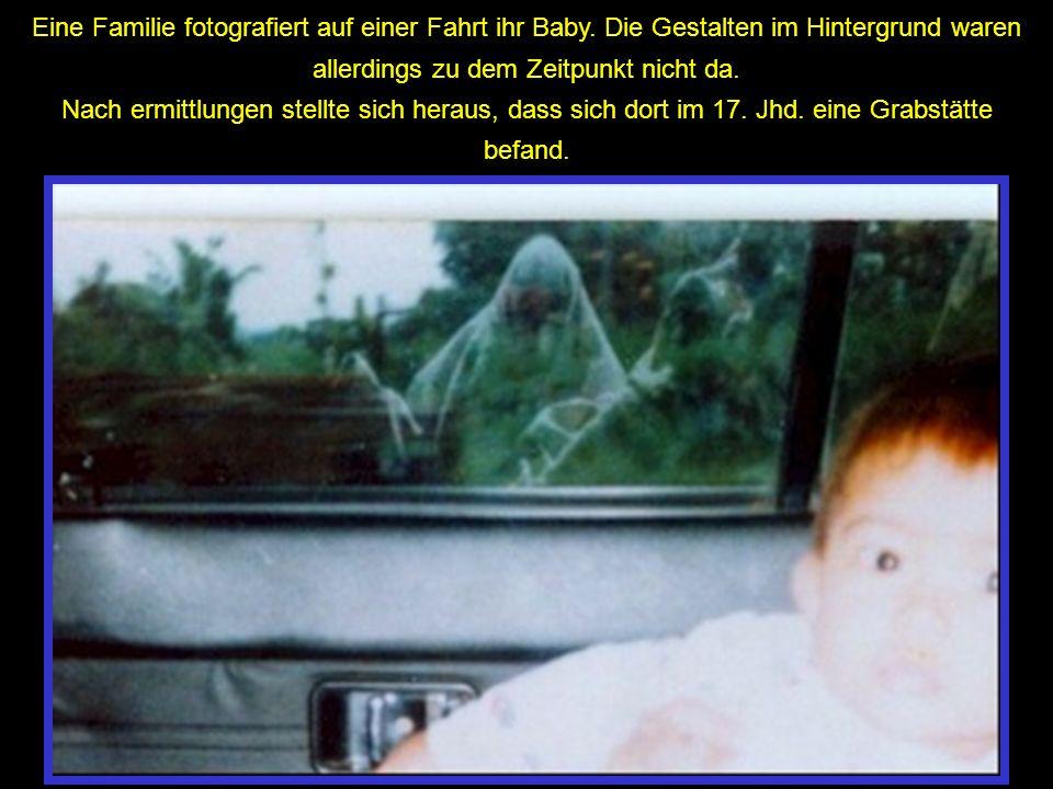 Eine Familie fotografiert auf einer Fahrt ihr Baby
