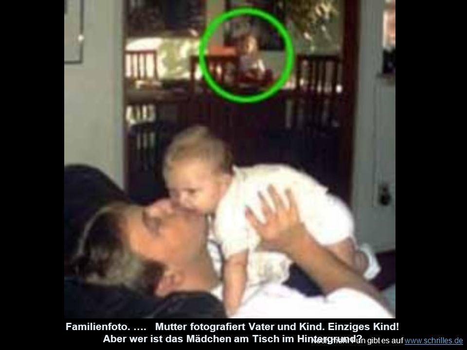 Familienfoto. …. Mutter fotografiert Vater und Kind. Einziges Kind
