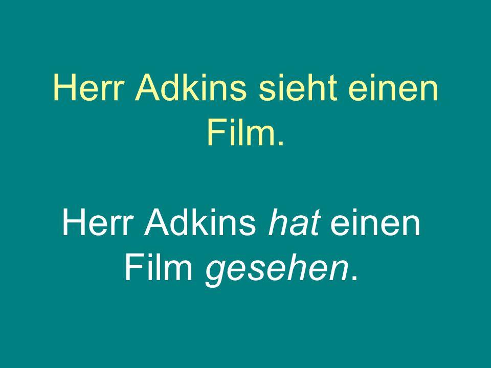 Herr Adkins sieht einen Film.