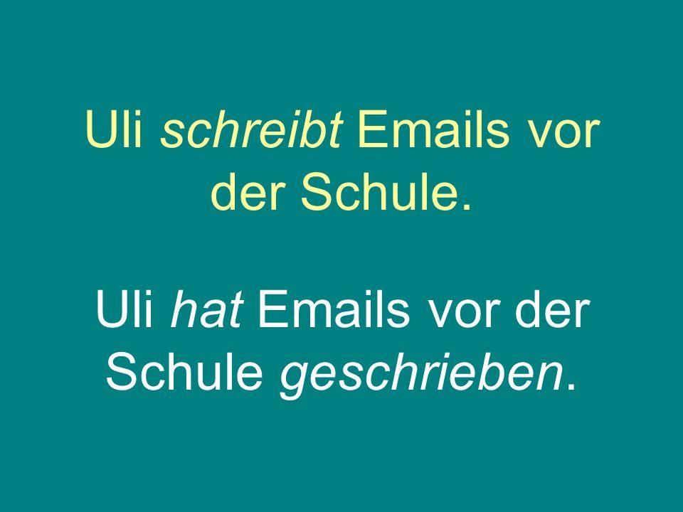 Uli schreibt Emails vor der Schule.