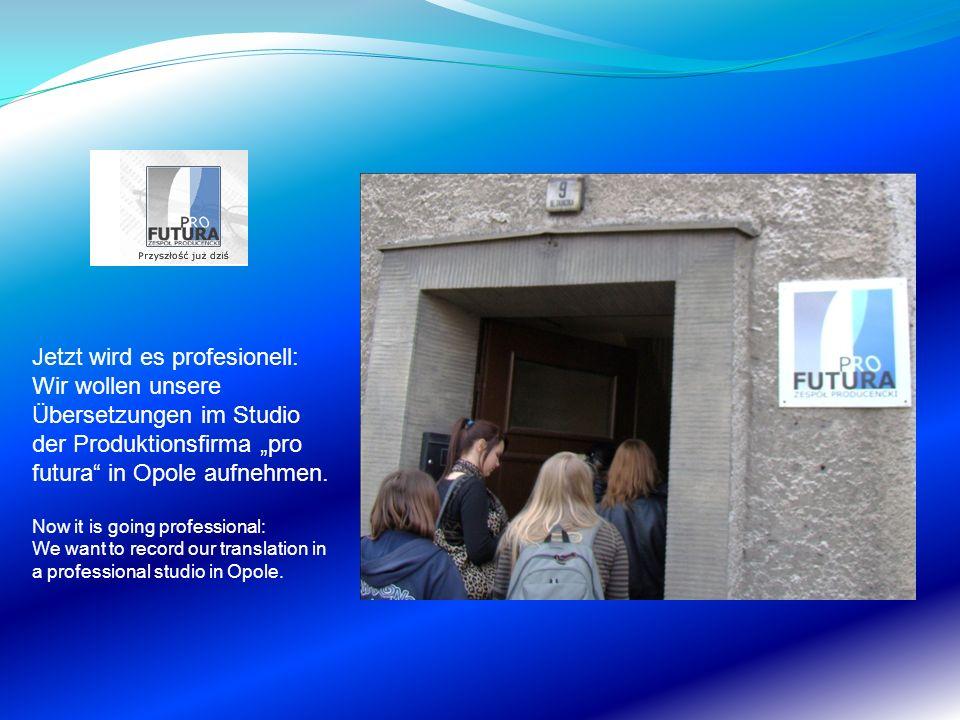 """Jetzt wird es profesionell: Wir wollen unsere Übersetzungen im Studio der Produktionsfirma """"pro futura in Opole aufnehmen."""