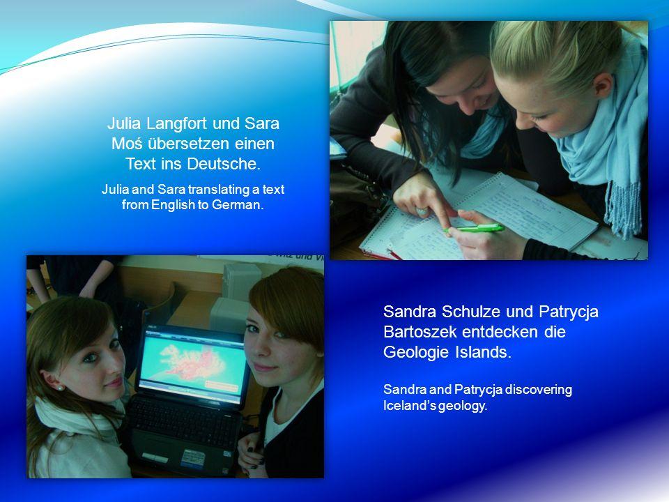 Julia Langfort und Sara Moś übersetzen einen Text ins Deutsche.