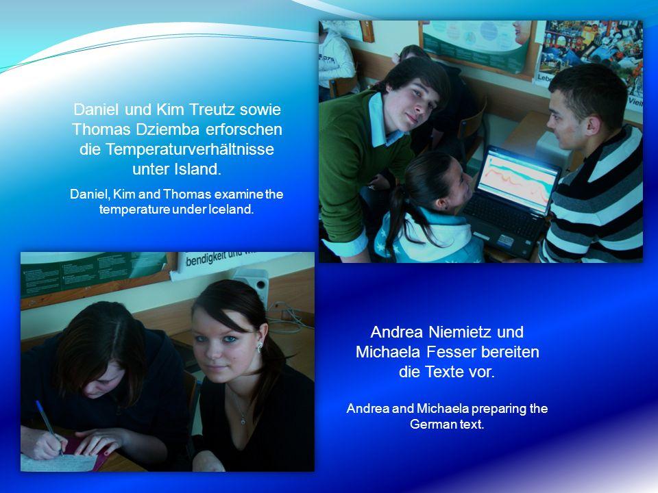 Andrea Niemietz und Michaela Fesser bereiten die Texte vor.