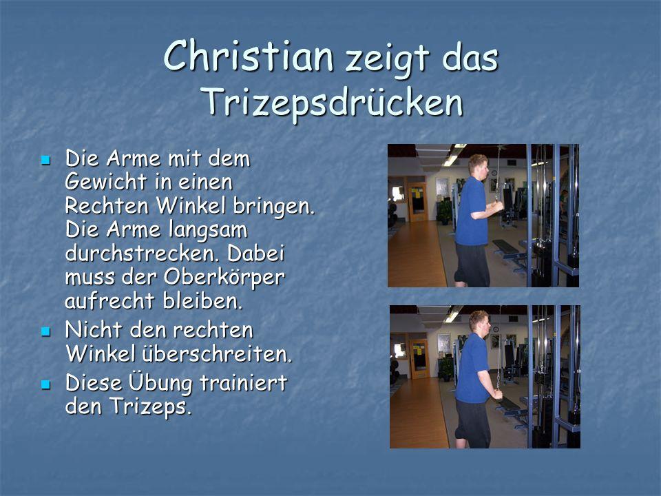 Christian zeigt das Trizepsdrücken