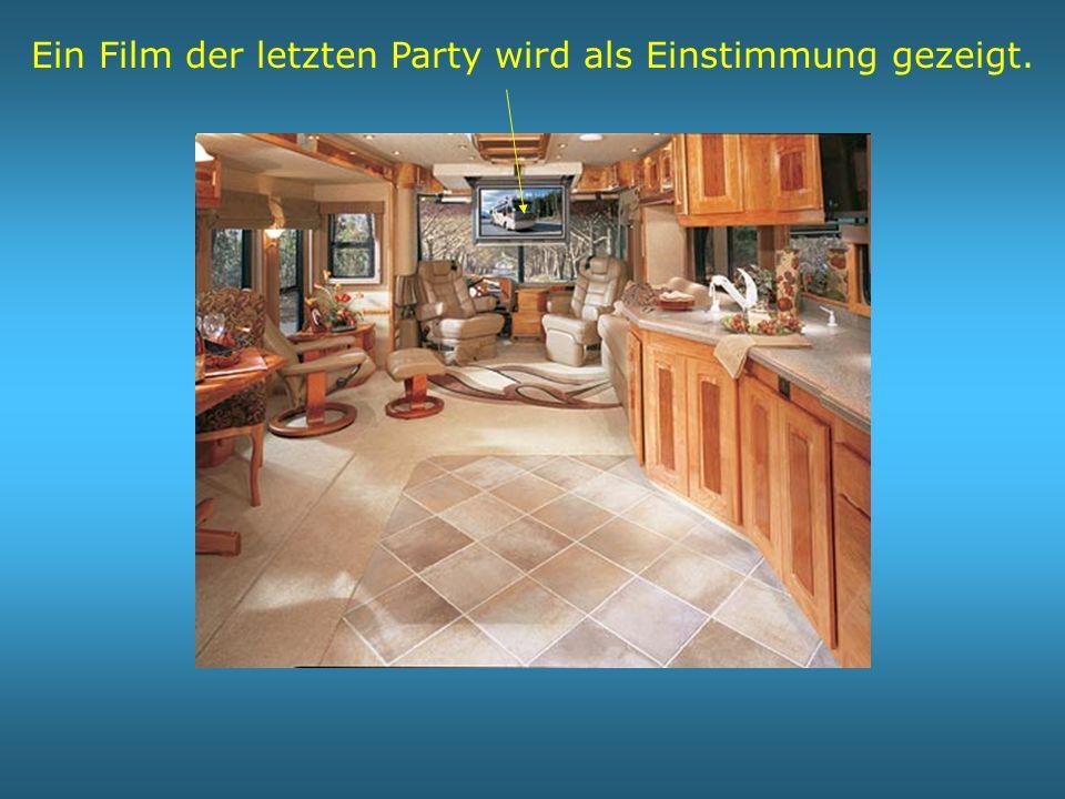 Ein Film der letzten Party wird als Einstimmung gezeigt.