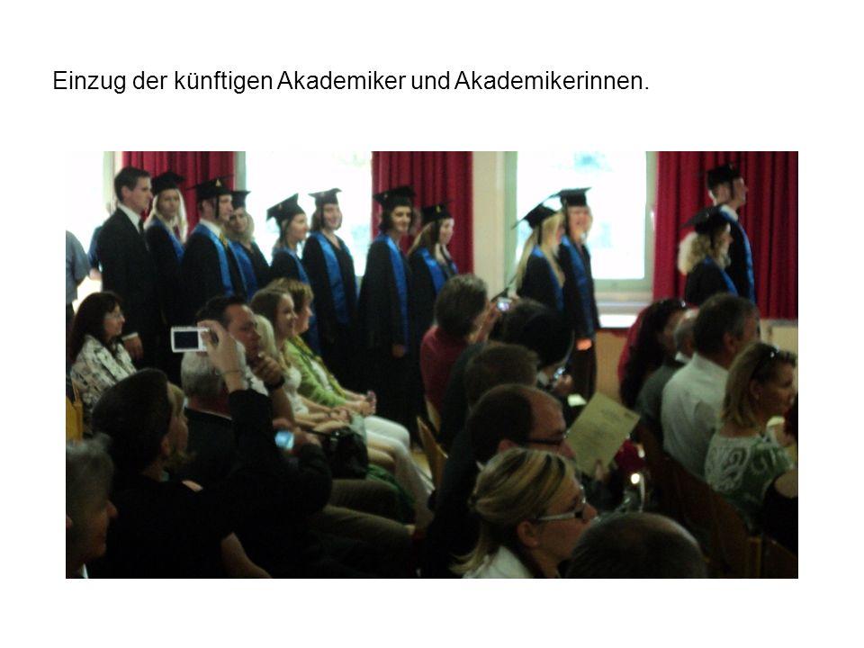 Einzug der künftigen Akademiker und Akademikerinnen.