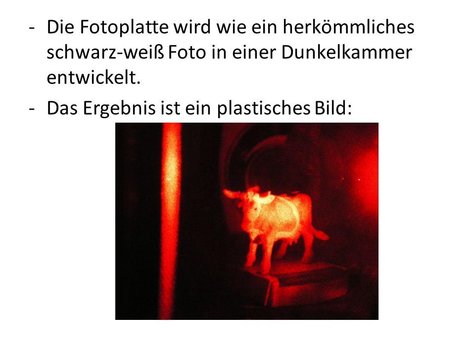 Die Fotoplatte wird wie ein herkömmliches schwarz-weiß Foto in einer Dunkelkammer entwickelt.