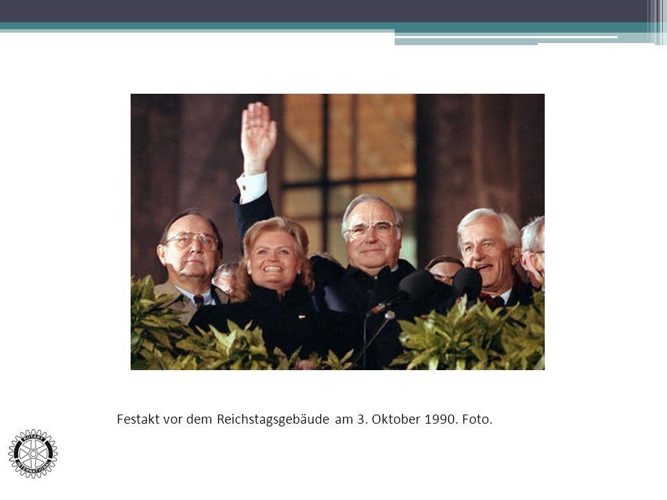 Festakt vor dem Reichstagsgebäude am 3. Oktober 1990. Foto.