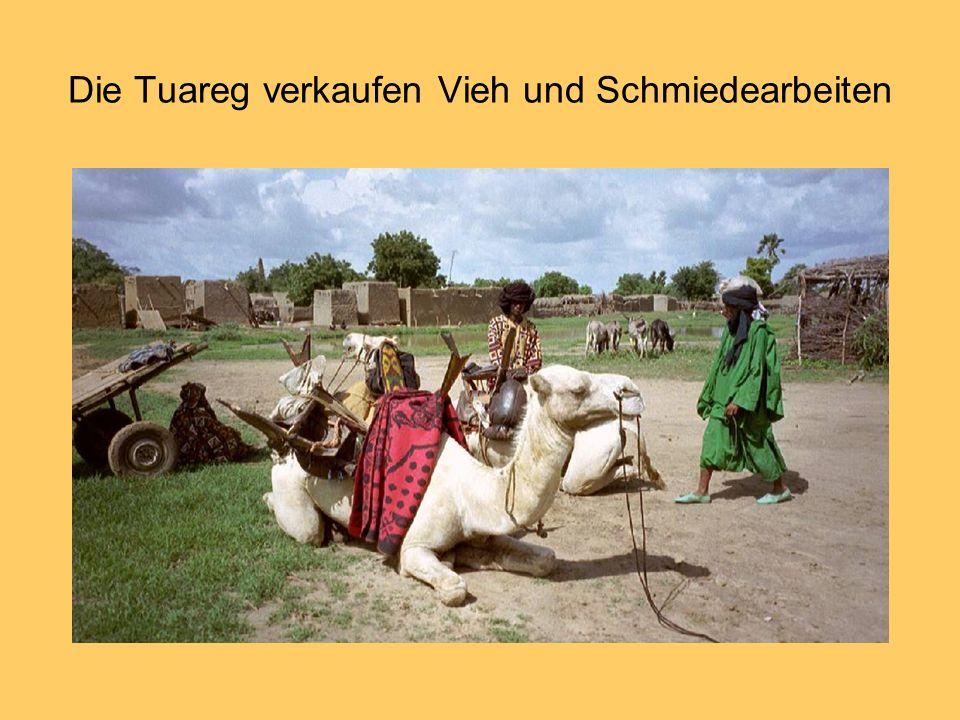 Die Tuareg verkaufen Vieh und Schmiedearbeiten