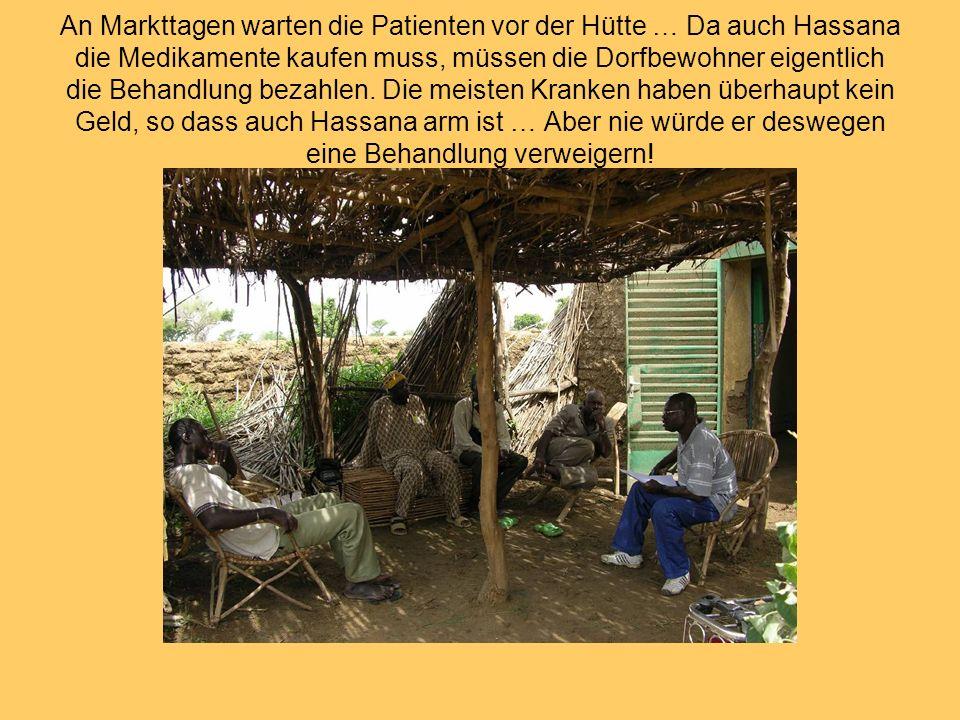 An Markttagen warten die Patienten vor der Hütte … Da auch Hassana die Medikamente kaufen muss, müssen die Dorfbewohner eigentlich die Behandlung bezahlen.