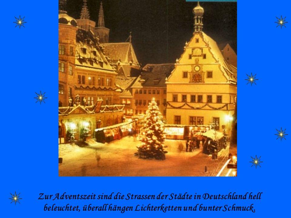 Zur Adventszeit sind die Strassen der Städte in Deutschland hell beleuchtet, überall hängen Lichterketten und bunter Schmuck.
