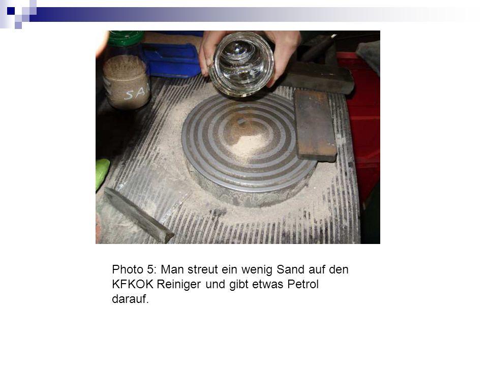 Photo 5: Man streut ein wenig Sand auf den KFKOK Reiniger und gibt etwas Petrol