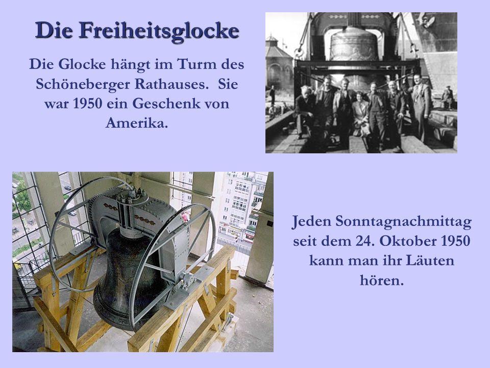 Die Freiheitsglocke Die Glocke hängt im Turm des Schöneberger Rathauses. Sie war 1950 ein Geschenk von Amerika.