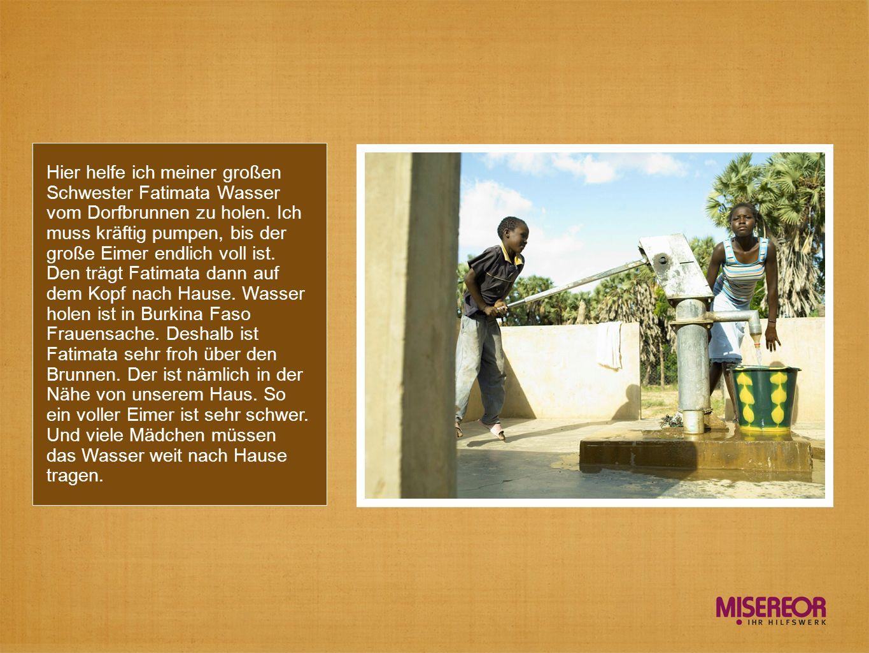 Hier helfe ich meiner großen Schwester Fatimata Wasser vom Dorfbrunnen zu holen.