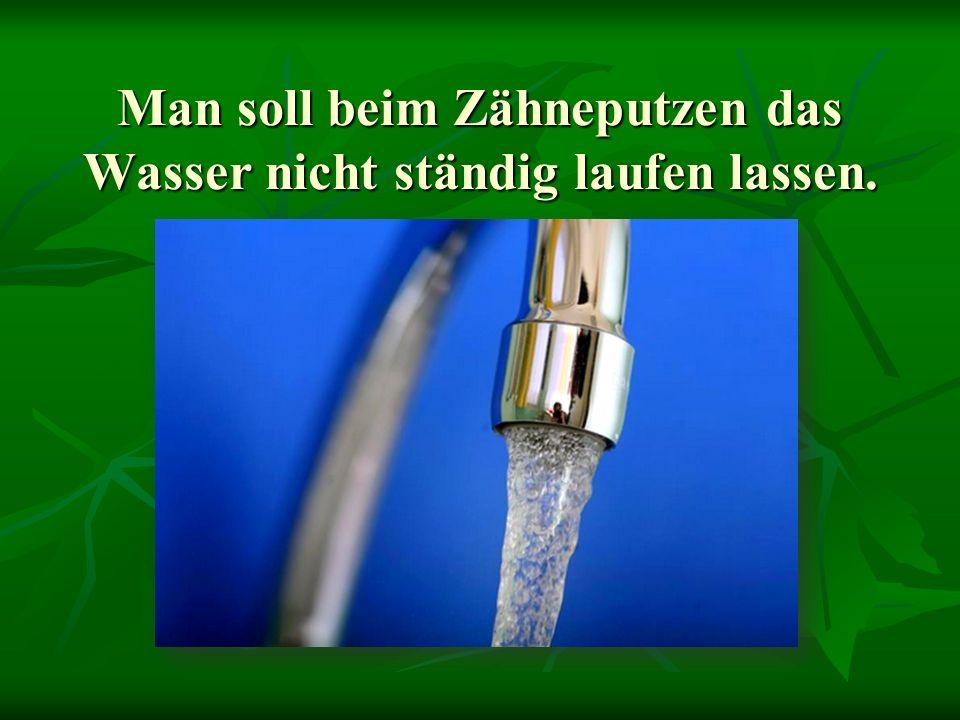 Man soll beim Zähneputzen das Wasser nicht ständig laufen lassen.