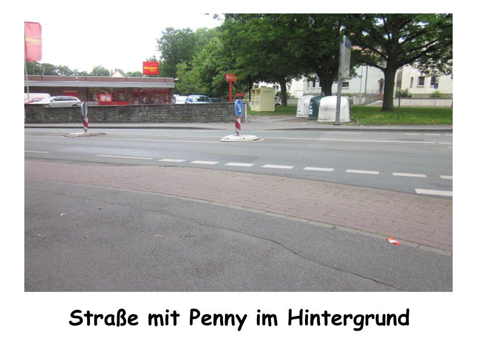 Straße mit Penny im Hintergrund