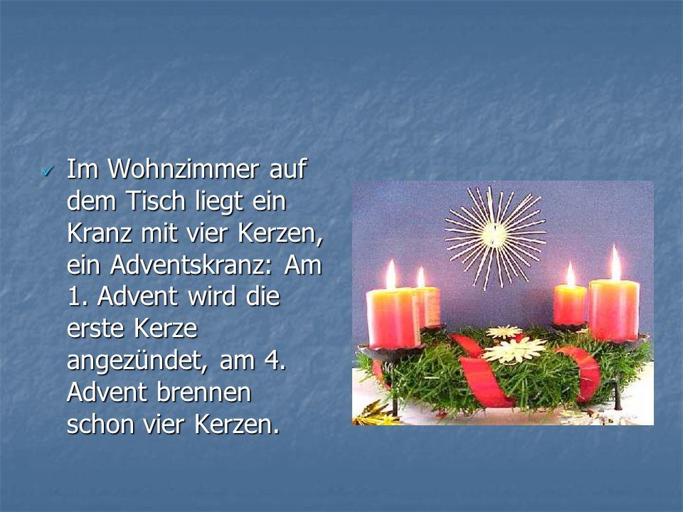 Im Wohnzimmer auf dem Tisch liegt ein Kranz mit vier Kerzen, ein Adventskranz: Am 1.