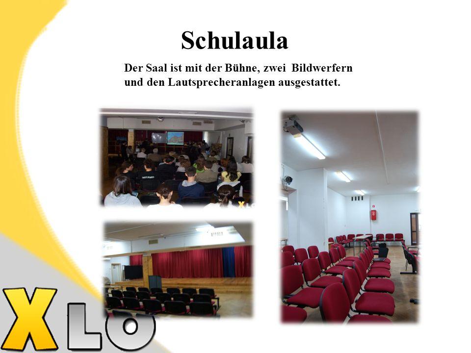 Schulaula Der Saal ist mit der Bühne, zwei Bildwerfern und den Lautsprecheranlagen ausgestattet.