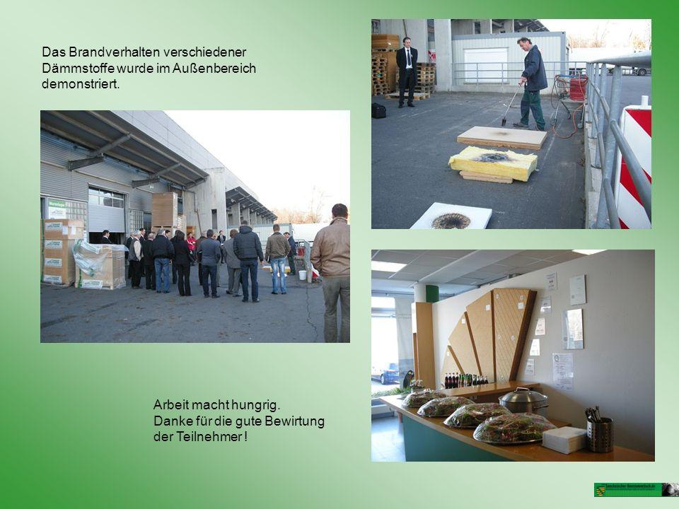 Das Brandverhalten verschiedener Dämmstoffe wurde im Außenbereich demonstriert.