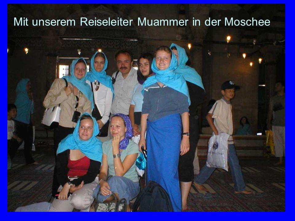 Mit unserem Reiseleiter Muammer in der Moschee