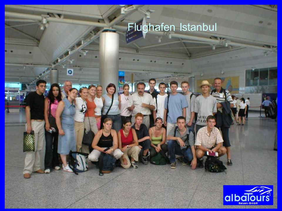 Flughafen Istanbul Letztes Gruppenfoto von albaTours-Jugendgruppe vor dem Abflug in Istanbul.