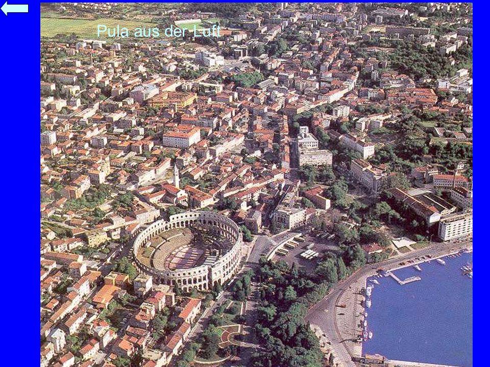 Pula aus der Luft Hier der Hafen mit dem römischen Amphitheater.