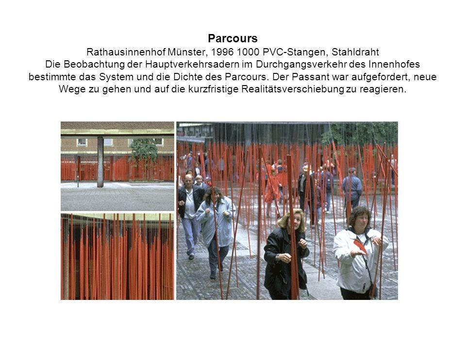 Parcours Rathausinnenhof Münster, 1996 1000 PVC-Stangen, Stahldraht Die Beobachtung der Hauptverkehrsadern im Durchgangsverkehr des Innenhofes bestimmte das System und die Dichte des Parcours.