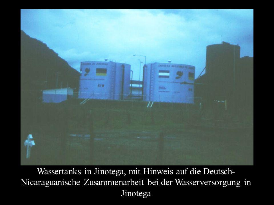 Wassertanks in Jinotega, mit Hinweis auf die Deutsch-Nicaraguanische Zusammenarbeit bei der Wasserversorgung in Jinotega