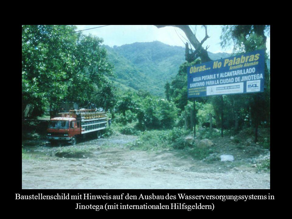 Baustellenschild mit Hinweis auf den Ausbau des Wasserversorgungssystems in Jinotega (mit internationalen Hilfsgeldern)