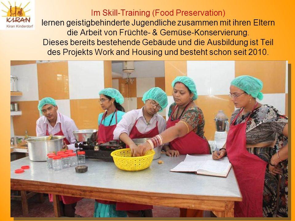 Im Skill-Training (Food Preservation) lernen geistigbehinderte Jugendliche zusammen mit ihren Eltern die Arbeit von Früchte- & Gemüse-Konservierung.